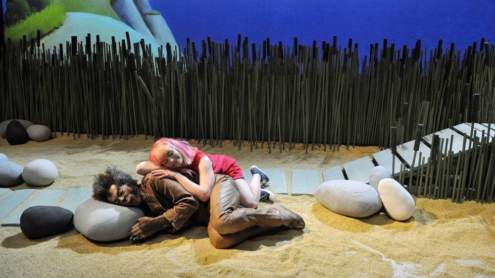 Le loup philosophe aide la petite Zackarina à grandir. Une fable contemporaine jouée par quatre comédiens pour la centième fois en Suisse.