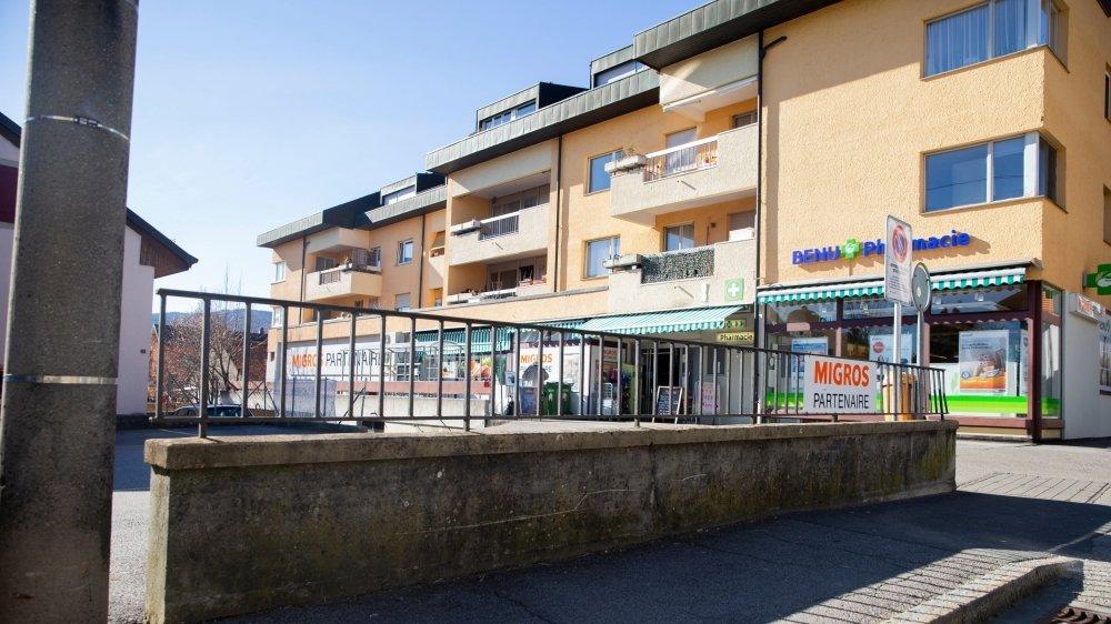 L'altercation entre le syndic et les jeunes a eu lieu devant le supermarché du village.