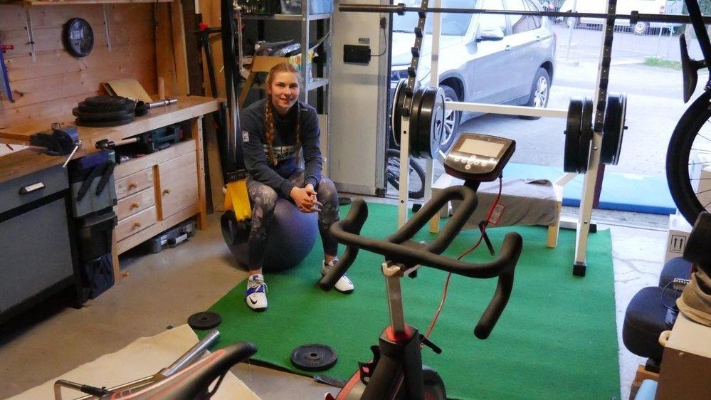 Zoé Claessens a fait du garage familial une véritable salle de fitness.