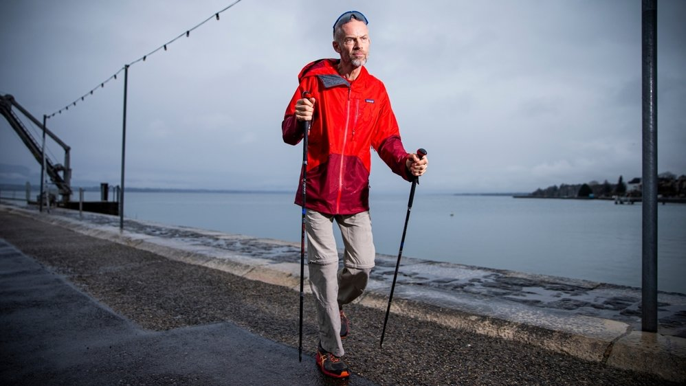 """La maladie de Parkinson ne freine guère Yves Auberson, atteint depuis quinze ans. """"Au contraire, j'ai tendance à en faire toujours un peu plus"""", annonce celui qui marchera en montagne de Zermatt à Nice l'été prochain."""