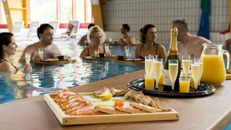 Petit-déjeuner avec champagne dans l'eau thermale