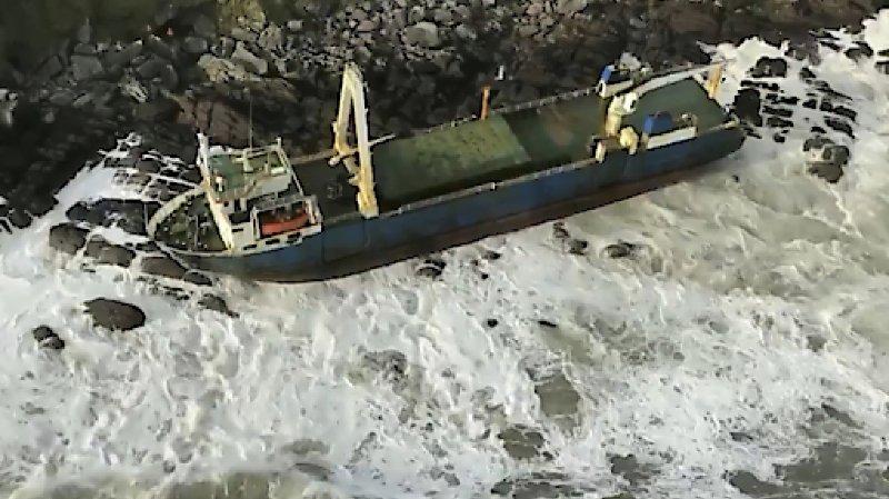 Tempête Dennis: un vaisseau fantôme s'échoue en Irlande