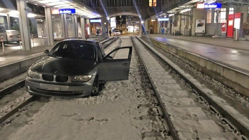 L'automobiliste n'a arrêté sa voiture que plusieurs dizaines de mètres après avoir roulé sur les rails de la gare des Chemins de fer appenzellois.