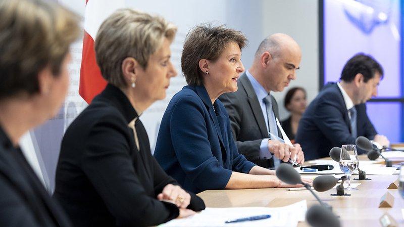 Quatre conseillers fédéraux ont détaillé les nouvelles mesures: Viola Amherd, Karin Keller-Sutter, Simonetta Sommaruga et Alain Berset, accompagné du porte-parole André Simonazzi (de gauche à droite)