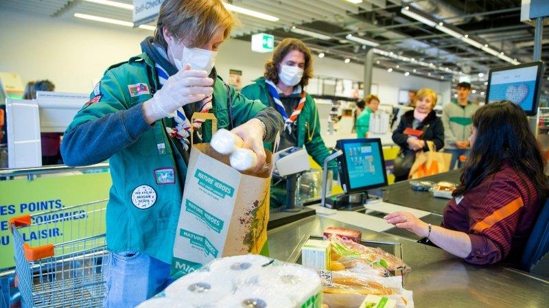 Les scouts de Nyon en train de faire les courses pour d'autres, vulnérables face au Coronavirus.
