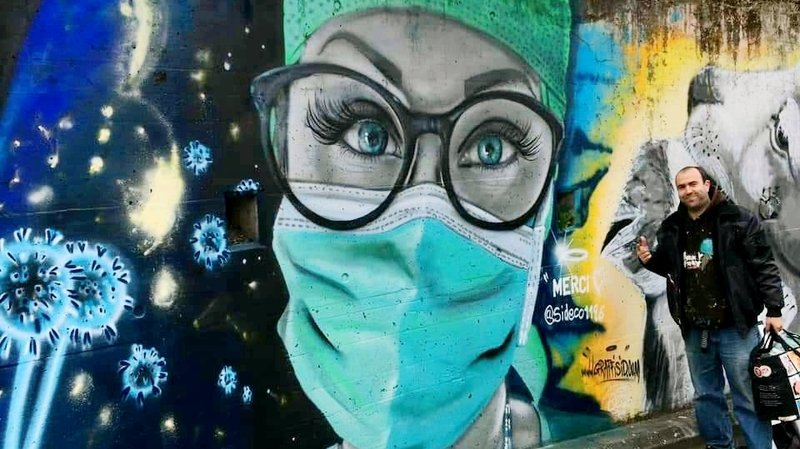 Il sort ses bombes de peinture pour rendre hommage aux soignants