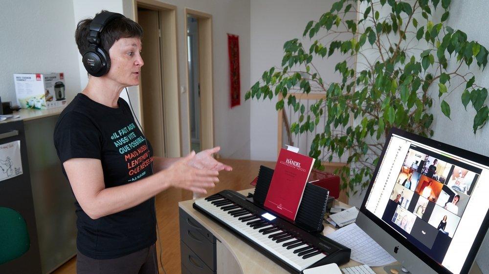 """Christine Mayencourt, directrice des choeurs Arpège et Amaryllis, en pleine """"répétition"""" virtuelle avec ses choristes depuis son domicile. """"Du point de vue humain et musical, c'est porteur"""", exprime-t-elle."""