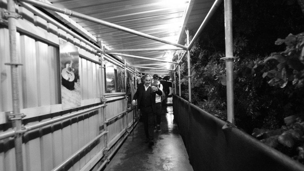 Stéphan Eicher, comme tous les musiciens se produisant sur la Grande scène ont transité par cette passerelle provisoire enjambant l'Asse entre les loges et le plateau.