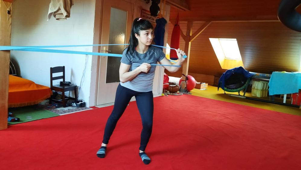 La judoka morgienne continue à s'entraîner quotidiennement dans le grenier aménagé de la famille Rosset.