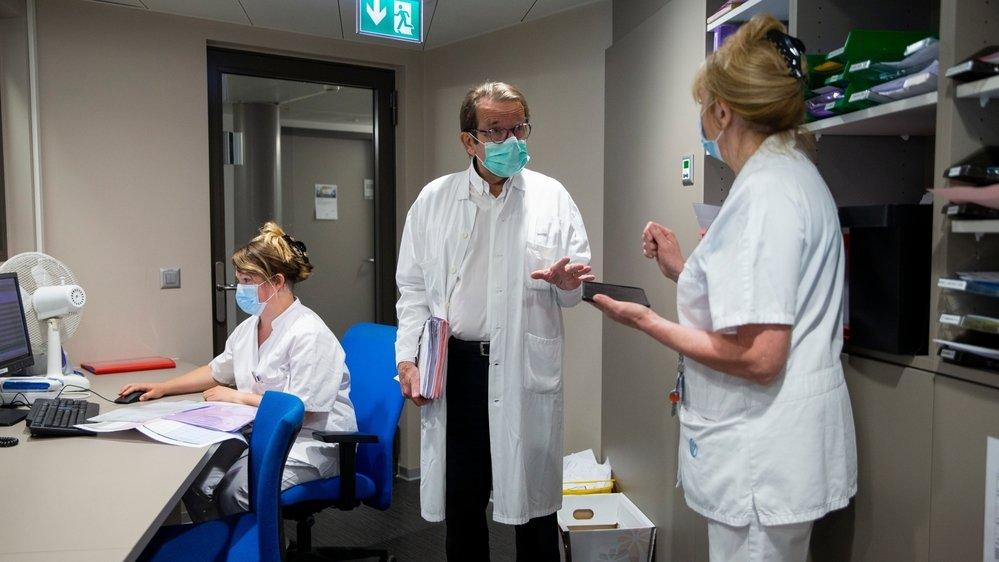 Le docteur Philippe Glasson (au centre) briefe ses collaboratrices, Anaïs Jobard (à gauche) et Sylvie Desmonceaux (à droite).