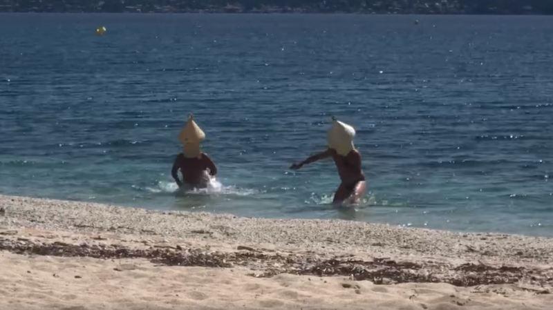 Insolite: ils se déguisent en bouée pour pouvoir se baigner, malgré le confinement
