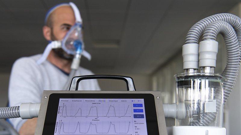 L'entrepreneur Cédric Pahud teste son appareil respiratoire.