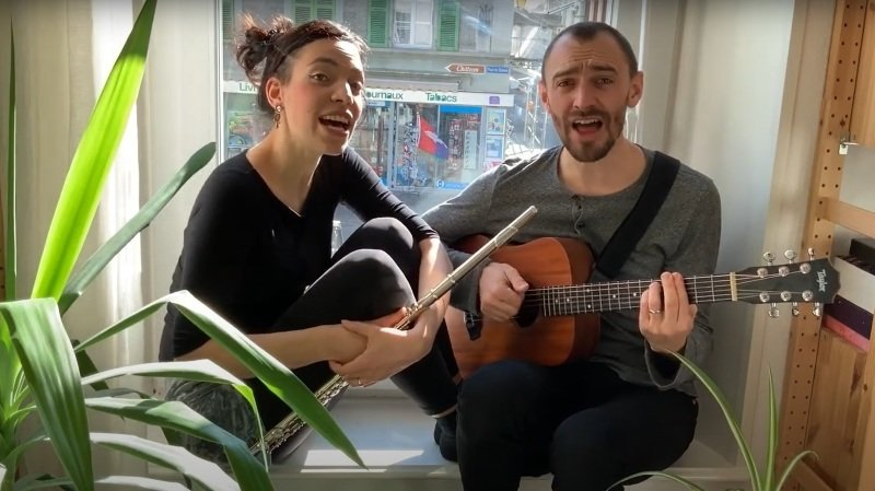 Tamaé Gennai et Pierre Deveaud ont ouvert une fenêtre musicale depuis leur appartement nyonnais.