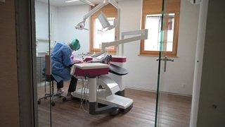 Coronavirus: dentiste, un métier fortement exposé aux aérosols