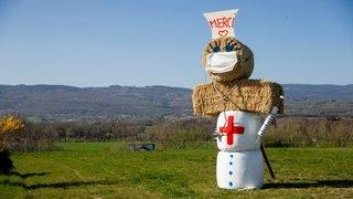 A Duillier, une «infirmière» géante rend hommage aux soignants