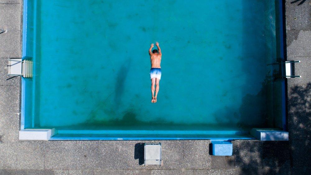 Confinement et restrictions imposées aux voyageurs semblent à première vue faire le beurre des constructeurs de piscines.