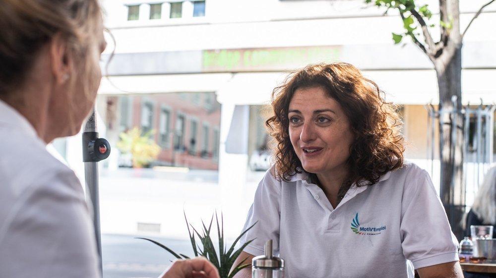 Avant de se présenter face aux recruteurs, les candidats sont accueillis autour d'un café et peuvent échanger avec un formateur. Ici, Charlotte Malka prépare Paula à son entretien.