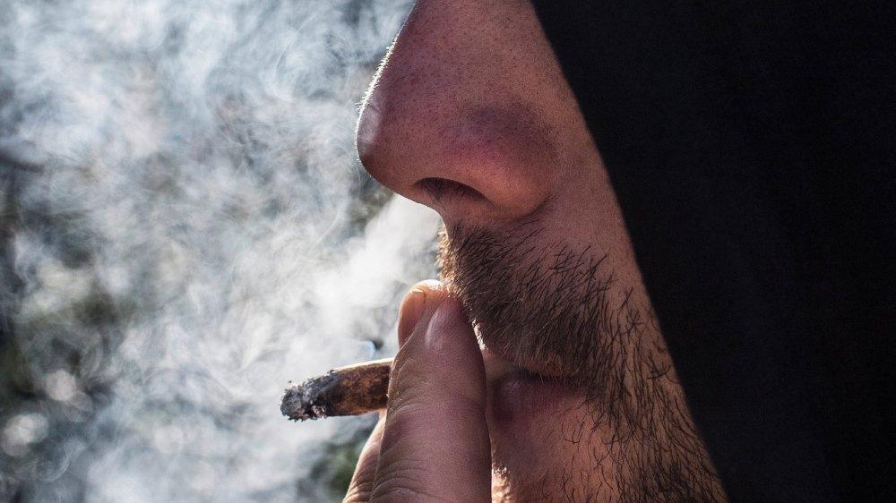 Le cannabis légal, ou CBD, ne contient que très peu de THC, la substance psychotrope. Les essais pilotes autorisés par le National ne visent pas une limitation de teneur en THC dans la drogue consommée, mais d'autres restrictions sont mises en place.