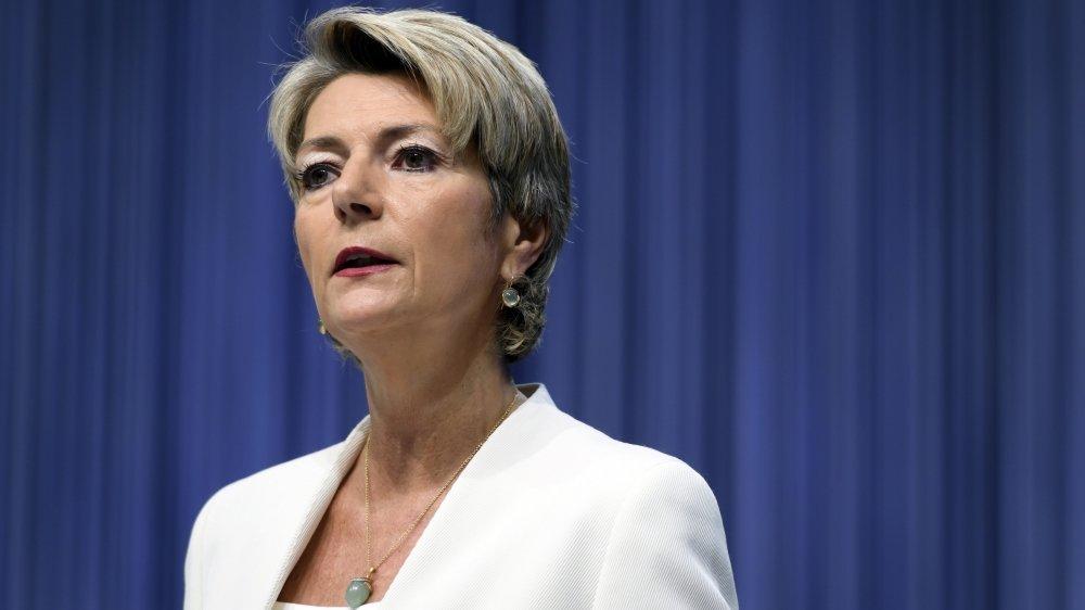 La ministre de la Justice, Karin Keller-Sutter, a affirmé que la Suisse est déjà bien armée contre la criminalité et le terrorisme. Le projet adopté est qualifié de liberticide par certains parlementaires.
