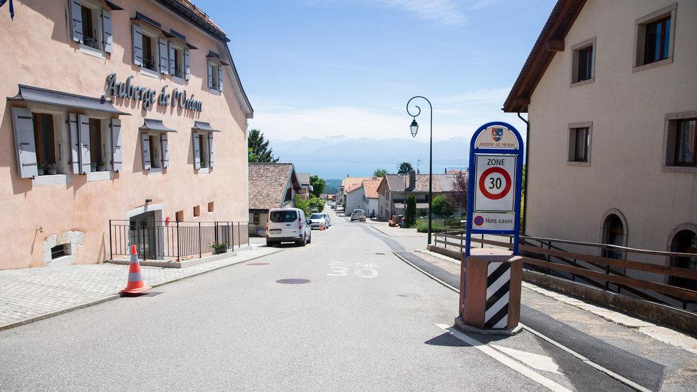 La rue du Village traverse Arzier dans le sens de la hauteur.
