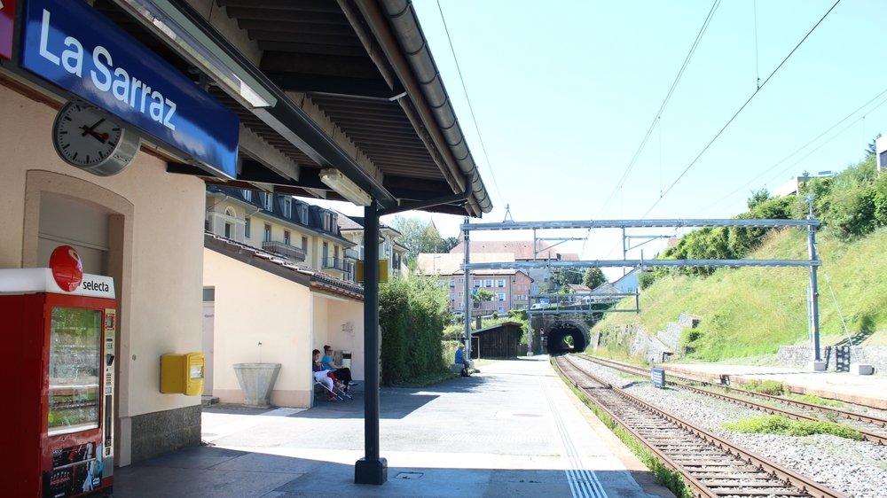 Les habitants dont les logements surplombent la gare sont régulièrement réveillés par les jeunes fêtards qui se réunissent près des rails.