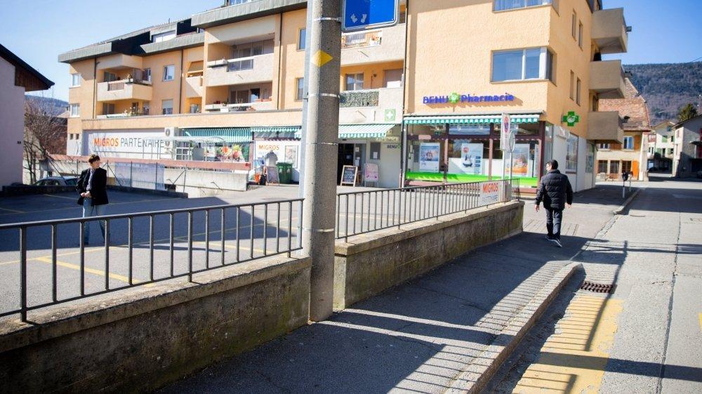 L'altercation entre le syndic et les jeunes avait eu lieu devant le magasin. Aujourd'hui, le Conseil communal souhaite savoir quelles mesures la Municipalité entend prendre pour répondre aux incivilités.