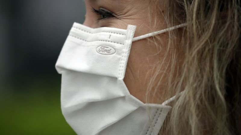 Porter son masque durant plusieurs heures peut irriter l'arrière des oreilles.
