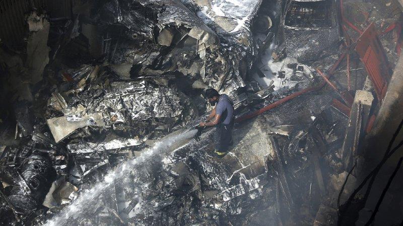 Pakistan: un avion de ligne s'écrase à Karachi, au moins 40 morts