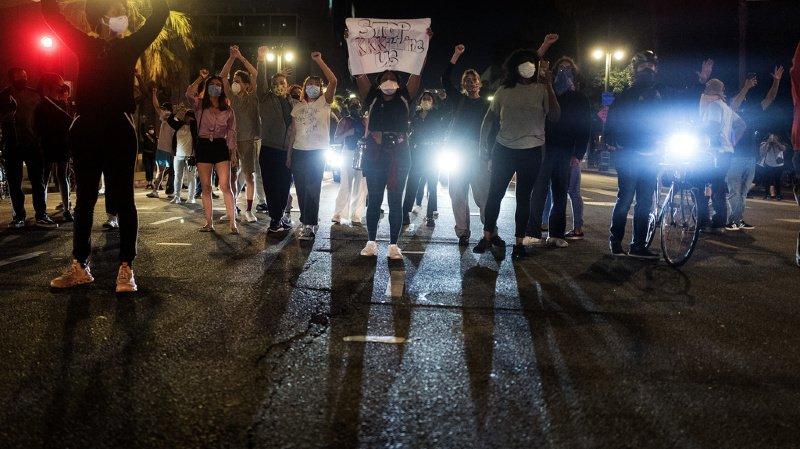 Les manifestants ont exprimé leur colère suite au décès d'un noir après une arrestation violente de la police.