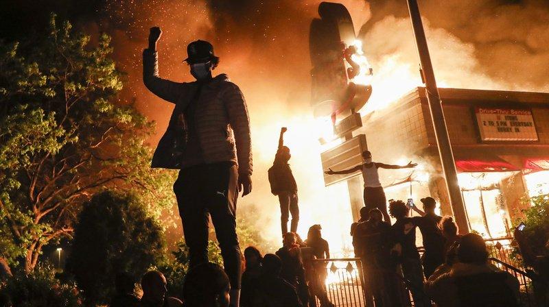 Des milliers de personnes ont assisté à l'incendie dans les quartiers nord de la ville.
