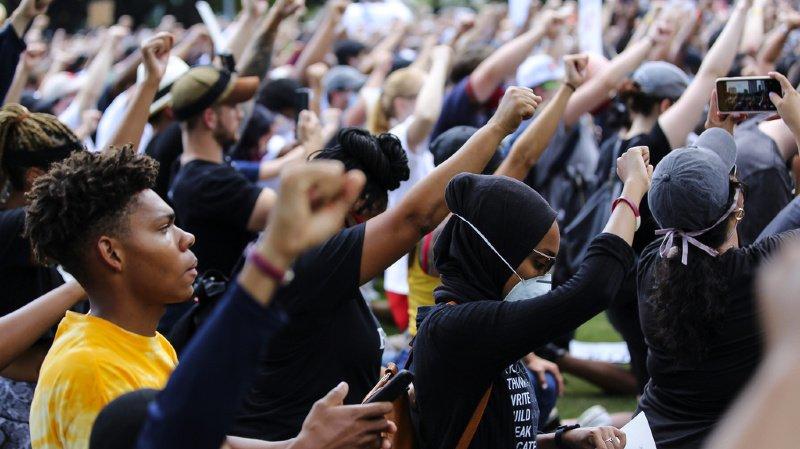 La foule s'est agenouillée en brandissant le poing lors de la manifestation pour rendre hommage à George Floyd à Houston, sa ville natale. Le mouvement ne semble pas près de s'arrêter et Donald Trump a menacé d'avoir recours à l'armée si les événements devaient se poursuivre.