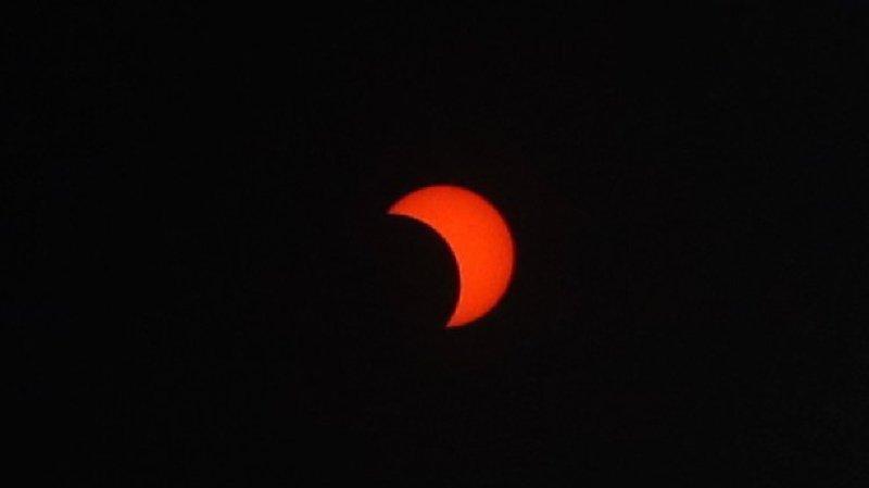 Le phénomène astronomique a débuté peu après le lever du Soleil.