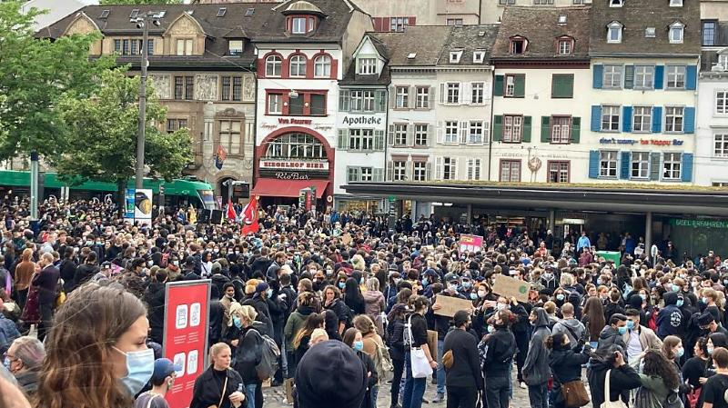 Près de 2000 personnes ont manifesté samedi à Bâle contre le racisme.
