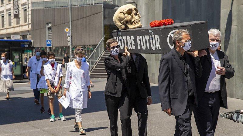Lausanne: des médecins militants d'Extinction Rebellion alertent les passants