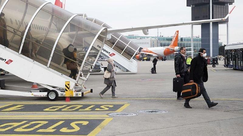 S'ils viennent de zones étrangères jugées à risque, les passagers arrivant sur le sol suisse devront se mettre en quarantaine dix jours pour éviter d'importer le covid-19 (archives).