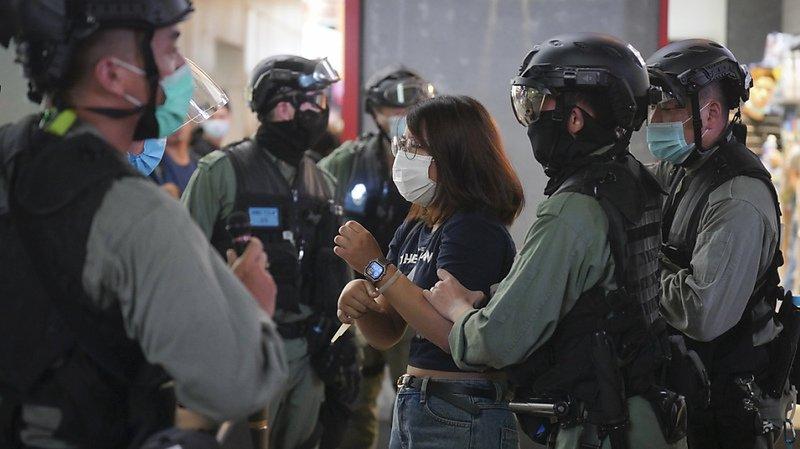 La police anti-émeute a indiqué avoir arrêté un total de 35 personnes au cours de la soirée.