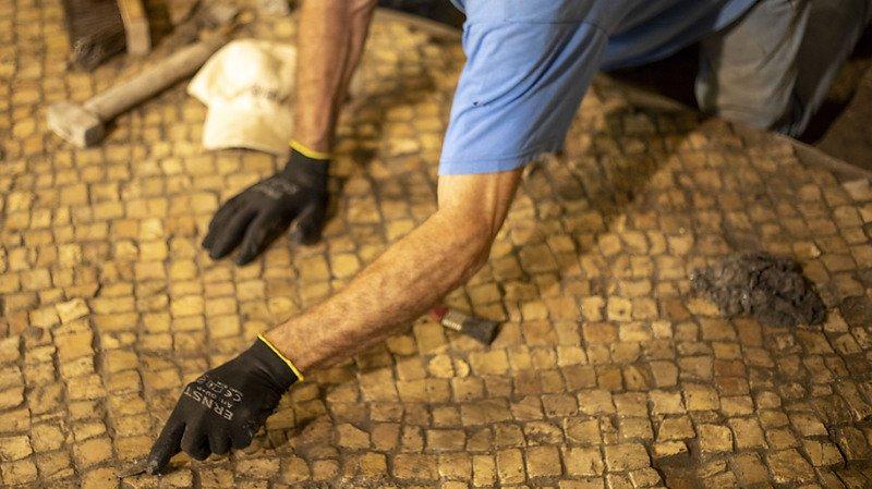 Trois pièces successives ont été découvertes lors de l'excavation d'une large et somptueuse structure vieille de 1400 ans près du Mur des Lamentations à Jérusalem.
