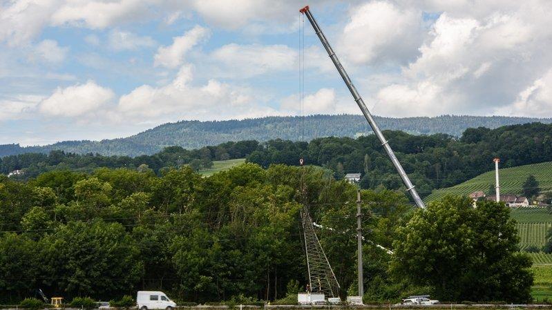 Des grues ont été placées autour du pylône pour commencer à le dégager.