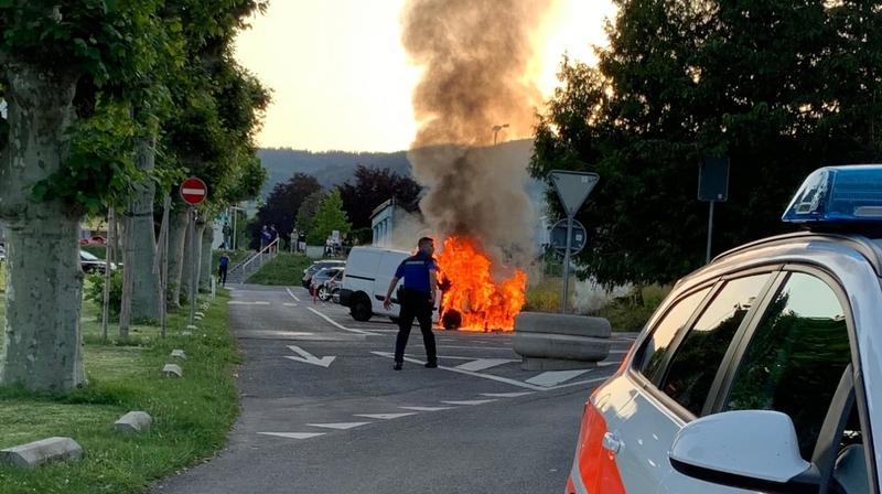 Rolle: une voiture en proie aux flammes
