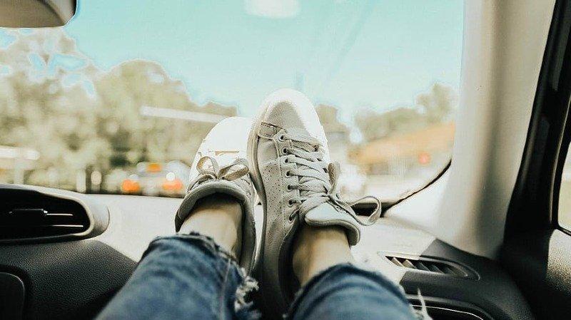 Circulation: les pieds sur le tableau de bord? Mauvaise idée
