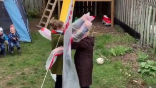 Coronavirus: une Canadienne invente un «gant à câlin» pour prendre sa mère dans ses bras