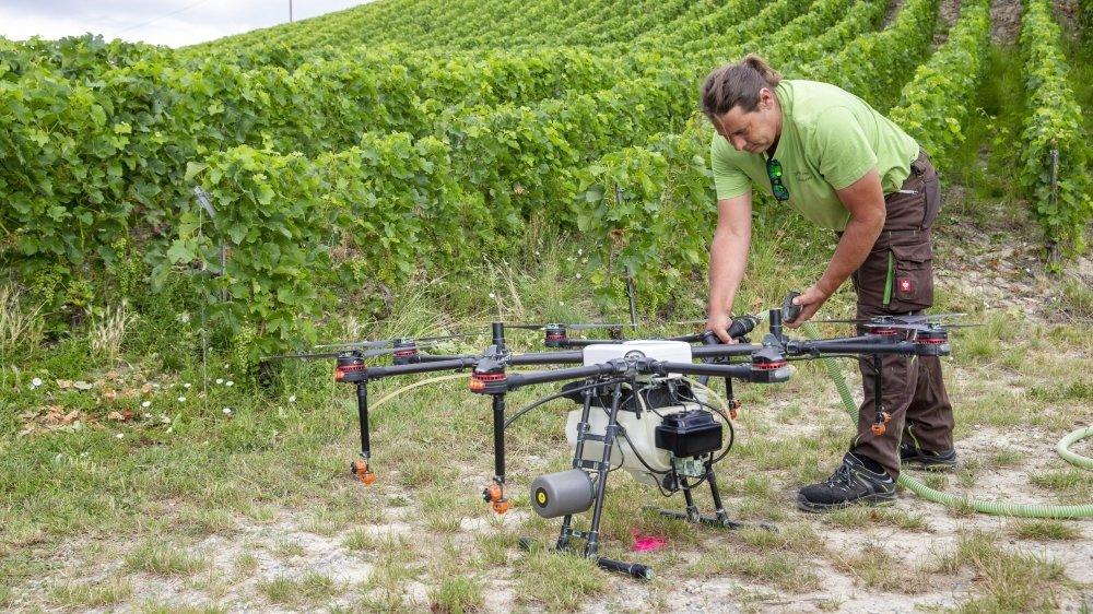 Jacques Pottu, pilote de drone, remplit son engin de phytosanitaire pour ensuite en asperger le vignoble.
