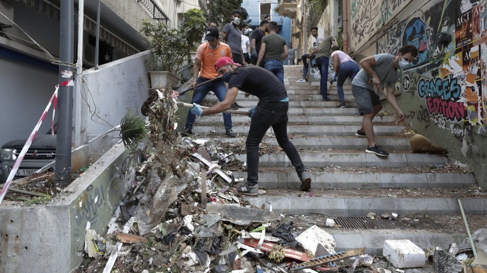 """Selon la Nyonnaise Verene Kairallah, les jeunes Libanais prennent le balai pour déblayer les gravats, mais devraient enchaîner avec """"un coup de balai du côté des dirigeants""""."""