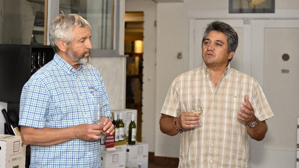Daniel Rossellat, patron du Paléo Festival, et Rodrigo Banto, œnologue de la Cave de La Côte, dégustent la cuvée collector d'une édition sans son et sans grandes ventes de vin.