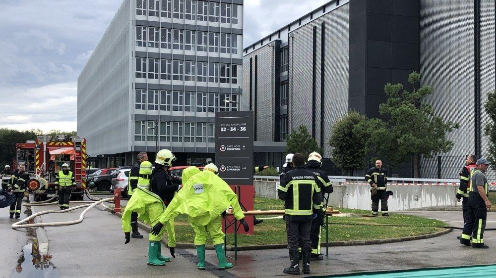 Tandis que leurs collègues installent la douche de rinçage, deux pompiers nyonnais lourdement équipés s'apprêtent à entrer dans le sous-sol du data center de Gland.