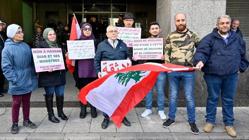 En février dernier, des opposants manifestaient devant l'ambassade de Suisse, à Beyrouth, pour le gel des avoirs libanais.