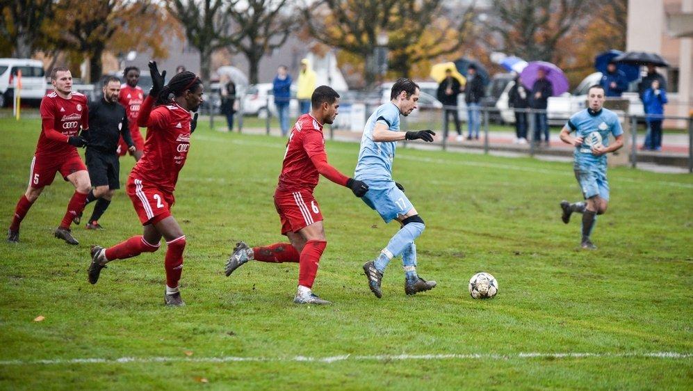 Sur penalty, Marco Cardello, en bleu ciel, a donné la victoire à Prangins face à GB II.