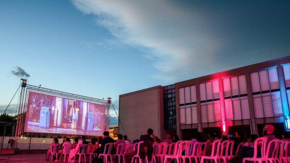Cette année, le cinéma en plein air sera relocalisé dans le champ à côté du théâtre.