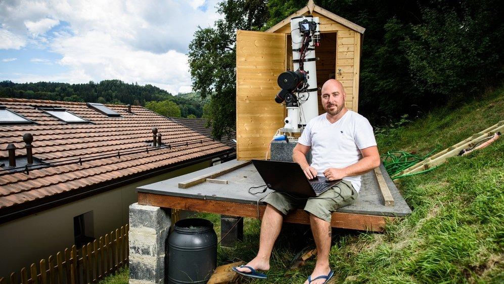 Romain Jeanneret, astrophotographe amateur, s'est aménagé une installation maison qu'il peut piloter depuis son salon. Astucieux.
