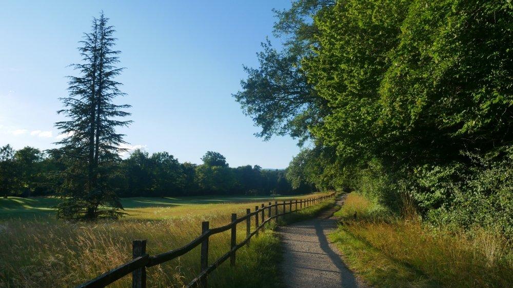 La balade traverse le Golf Club du Domaine Impérial, et offre de très beaux paysages.